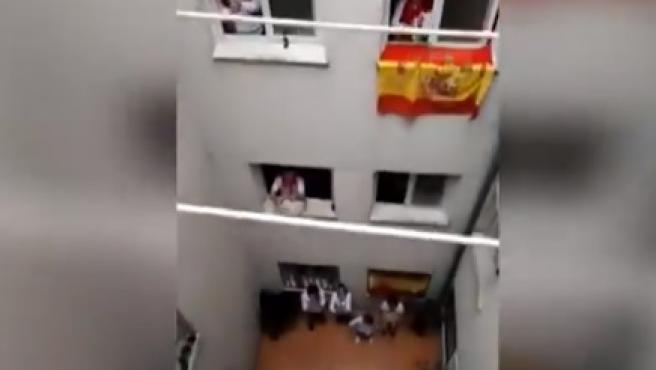 El bloque de vecinos simula unos sanfermines.