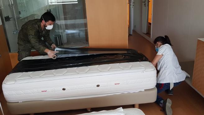 El Ejército precintando camas en el Hotel Meliá Palma Bay (anexo al Palacio de Congresos) para medicalizarlo para pacientes con coronavirus.