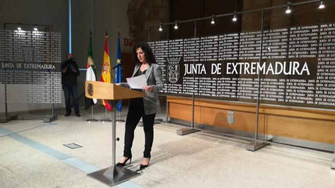 Esther Gutiérrez en rueda de prensa en Mérida sobre la EBAU.