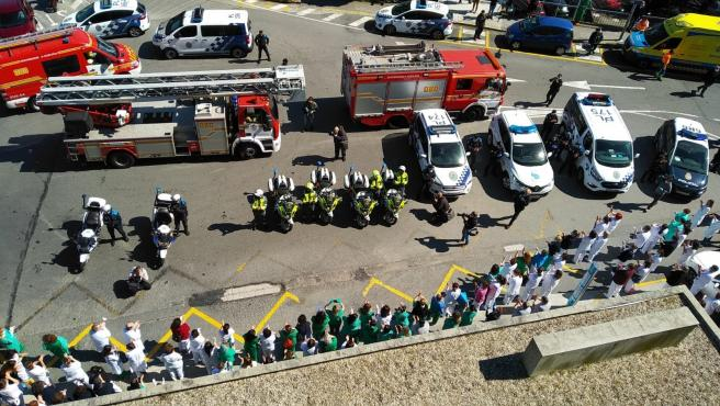 Homenaje de cuerpos de seguridad de A Coruña al personal sanitario