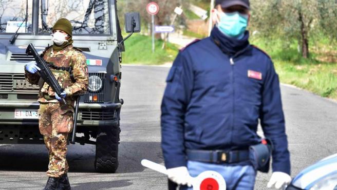 Imagen de un control militar en una carretera de Italia.