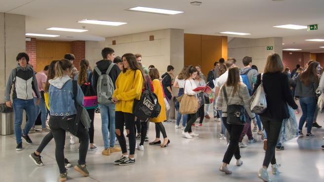 Jóvenes en la Universidad de Cantabria para realizar la prueba de la EBAU (Selectividad)