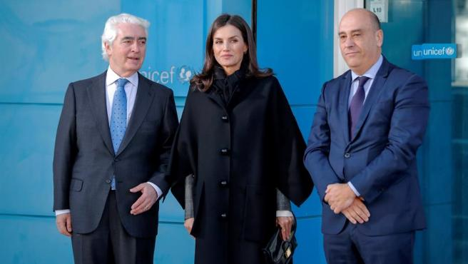 La reina Letizia junto al presidente de Unicef en España, Gustavo Suárez Pertierra, y el director ejecutivo, Francisco Javier Martos Mota.