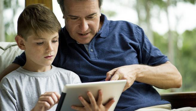 Un padre y un hijo, leyendo.