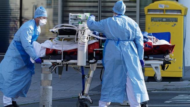 Personal de emergencias traslada a un paciente enfermo con coronavirus.
