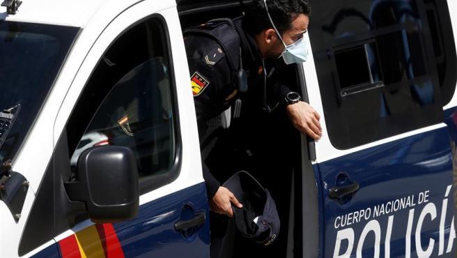 Un policía nacional, con mascarilla.