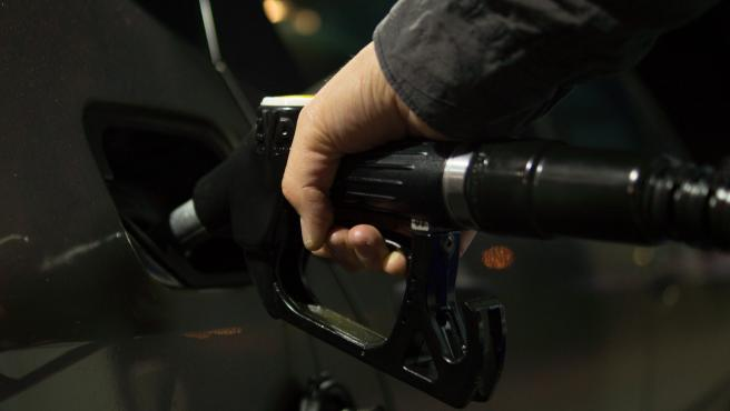 Aunque se ha reducido mucho la utilización de coches, el surtidor es un elemento muy sensible, ya que pasa por numerosas manos. Ten especial cuidado y usa guantes para echar gasolina.