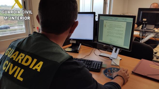 Un agent de la Guàrdia Civil treballant