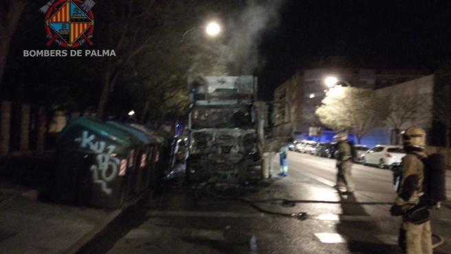 Un camión de Emaya se incendia mientras circulaba transportando basura en Palma.