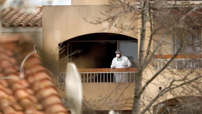 Un médico inspecciona el balcón de una residencia de mayores en Francia.
