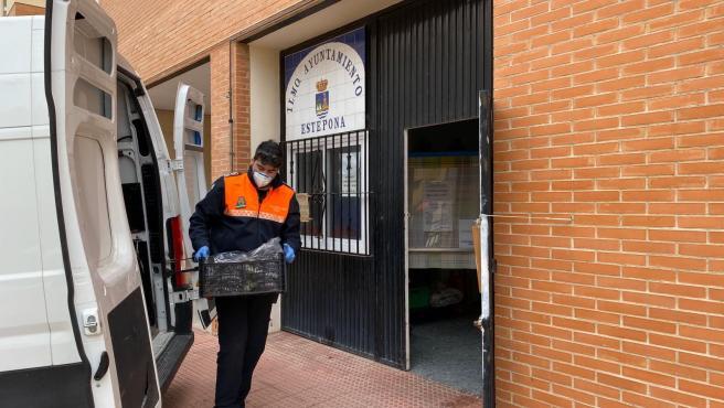 Un voluntario de Protección Civil de Estepona reparte alimentos a personas que lo necesitan