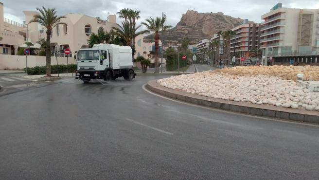 Una cisterna desinfecta la carretera que lleva a la zona de la Vuelta al Mundo a Vela.