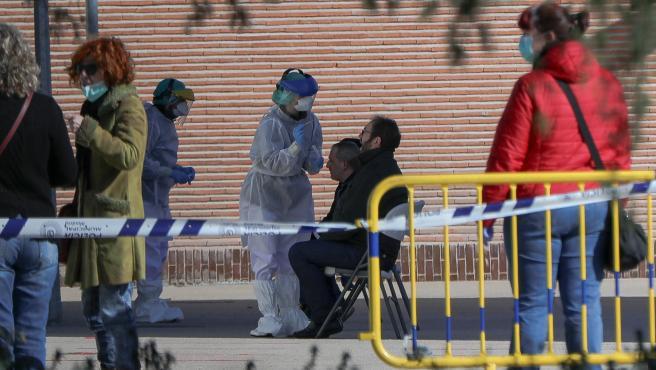 Una sanitaria le realiza a un trabajador de servicios esenciales uno de los test rápidos de coronavirus que ha adquirido el Ayuntamiento de la capital