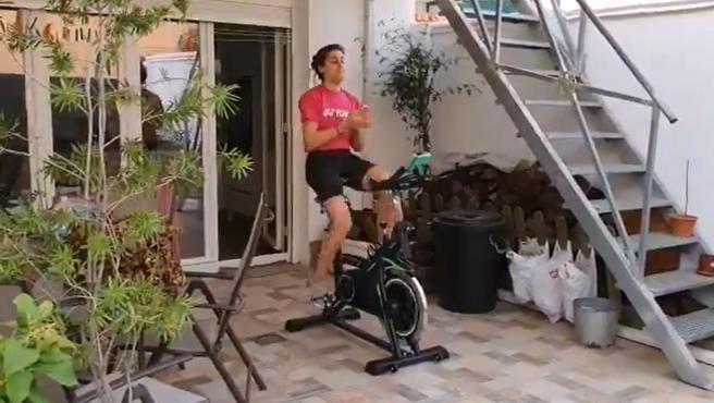 Carolina Marín palmea mientras se entrena en bici estática