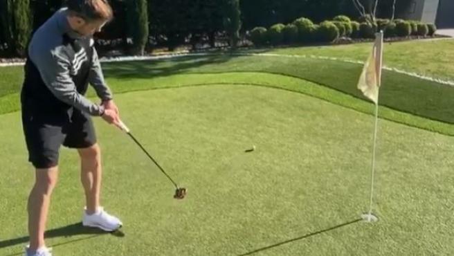 Gareth Bale, jugando al golf.