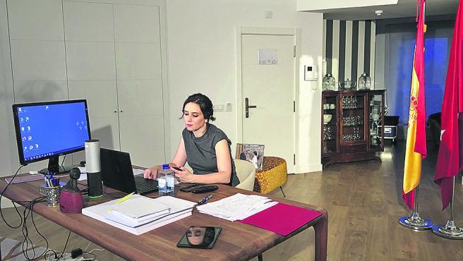 Isabel Díaz Ayuso, en un apartamento en el que pasa la cuarentena.