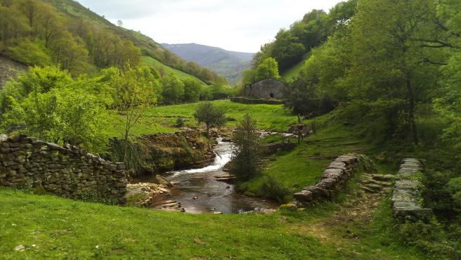 Paisaje cántabro de los Valles Pasiegos. Viaña, en Vega de Pas. Montañas, valles, ríos. Turismo rural. Naturaleza. Medio Ambiente.