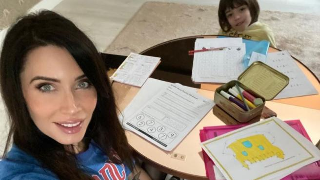 Pilar Rubio ayuda a su hijo con los deberes y otras actividades durante el confinamiento.