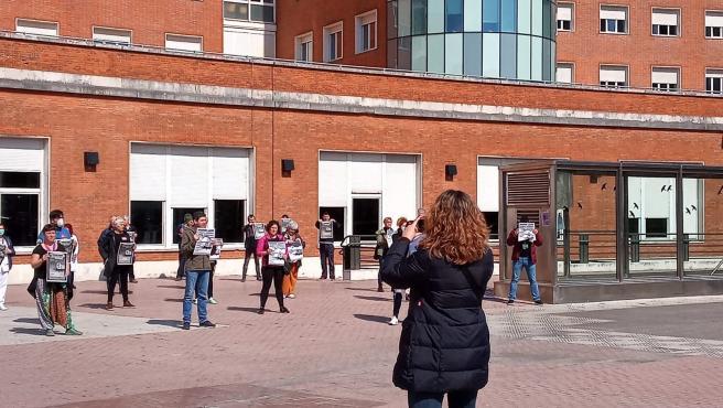 Trabajadores se concentran ante el hospital de Cruces en Barakaldo, siguiendo la convocatoria de movilizaciones de ELA, LAB, ESK, Steilas, Etxalde e Hiru para este viernes.