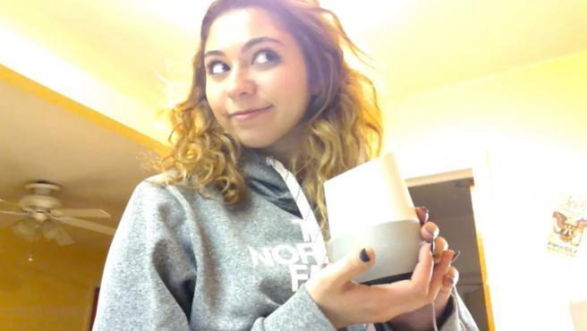 Alexa Seary, con su dispositivo Google.