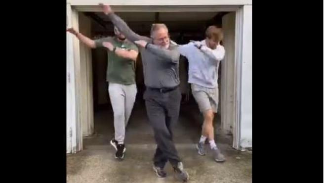 Baile viral de un padre y sus dos hijos.