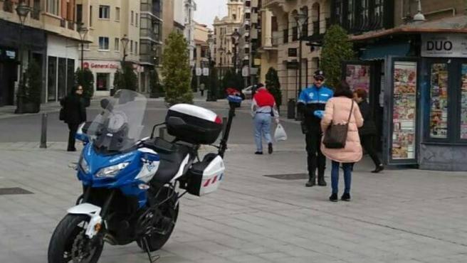 Imagen de un agente en el centro de Valladolid.