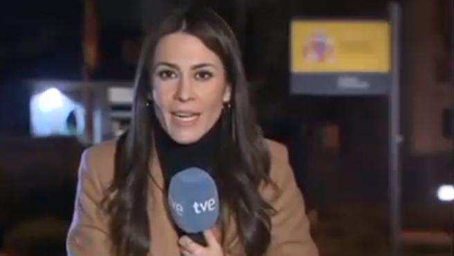 La periodista María Rodríguez informando desde La Moncloa.