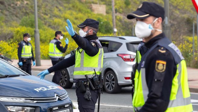 Dos agentes del Cuerpo Nacional de Policía durante un control para garantizar el cumplimento del confinamiento.
