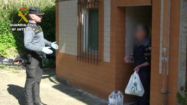 Un agente de la Guardia Civil llevando comida durante la cuarentena