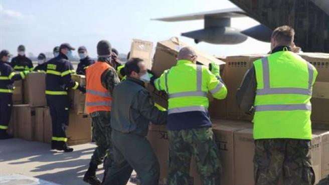 Descarga de los 10.000 equipos de protección individual donados por la República Checa