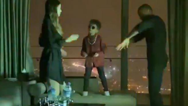 Kevin-Prince Boateng, su hijo y su mujer, bailando.