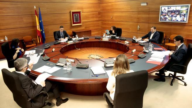Imagen del Consejo de Ministros extraordinario para aprobar la medida de paralizar las actividades no esenciales desde este lunes 30 de marzo.