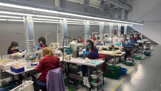 Fabricación de mascarillas en una empresa de calzado