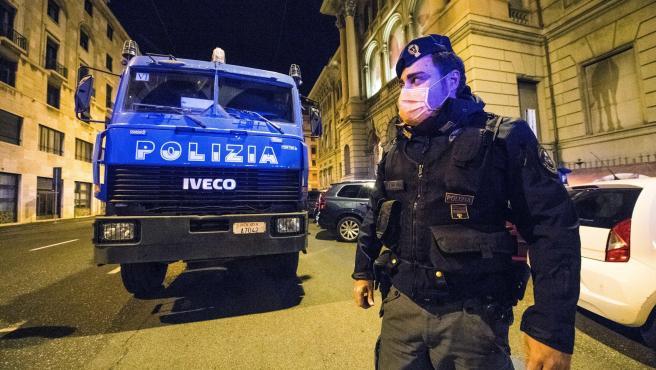 La Policía desinfecta las calles de la ciudad italiana de Génova.