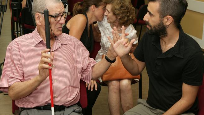 Imagen de archivo de una persona sordociega comunicándose.
