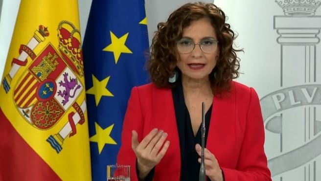 La ministra portavoz del Gobierno y ministra de Hacienda, María Jesús Montero, durante la rueda de prensa este domingo.