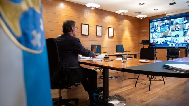 O titular do Goberno galego, Alberto Núñez Feijóo, mantén unha videoconferencia co presidente do Goberno central, Pedro Sánchez, e os outros presidentes autonómicos.. San Caetano, Santiago de Compostela, 29/03/20.
