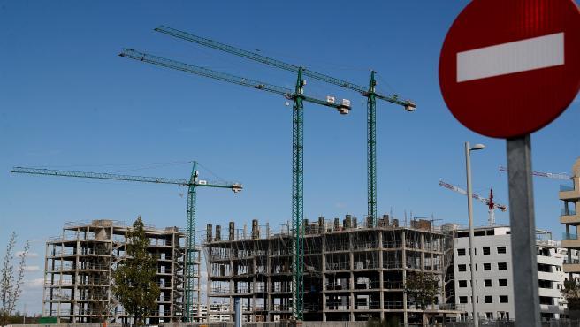 Obras en la zona de El Cañaveral, en Madrid, en una jornada en la que el Gobierno ha anunciado la paralización de todas las actividades consideradas no esenciales, incuida la construcción.