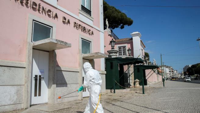 Imagen de trabajos de desinfección de las calles en Portugal.