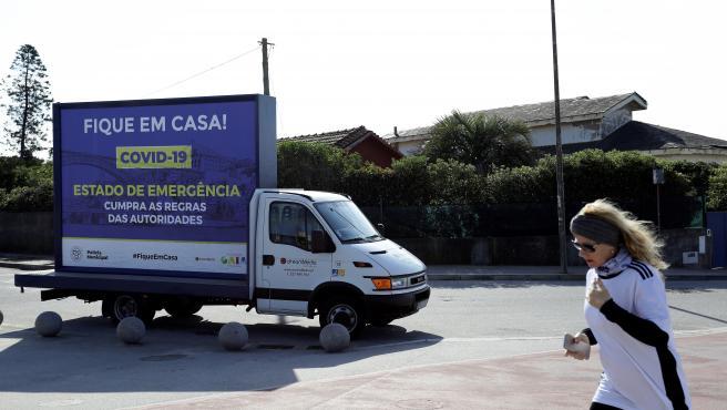 Un camión alerta del estado de emergencia en Oporto, norte de Portugal.