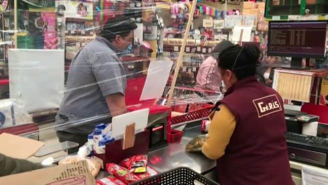 Barreras de film transparente en un supermercado de México.