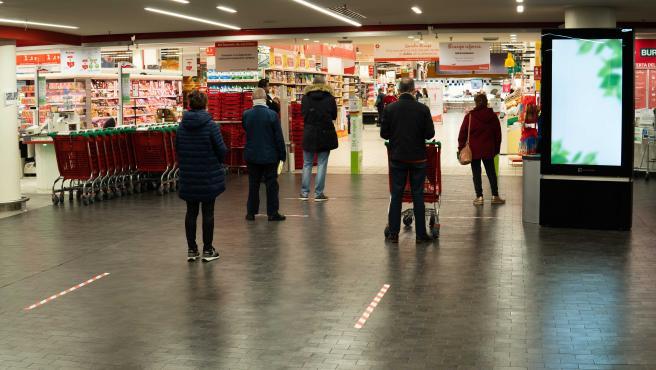 Clientes de un supermercado respetando la distancia de seguridad