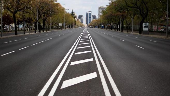 El Paseo de la Castellana, una de las avenidas con más circulación de vehículos en Madrid, completamente vacío por las nuevas medidas del Gobierno para contener la expansión de coronavirus.