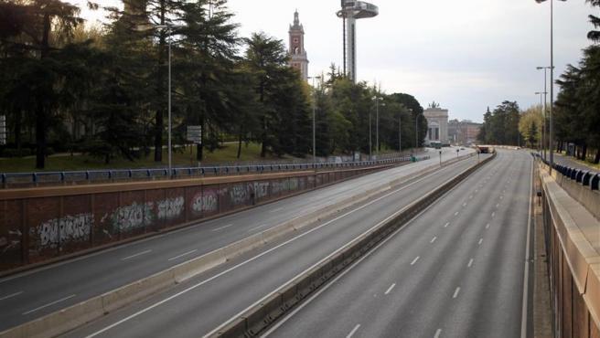 La carretera A-6, en Madrid, sin un solo véhiculo por las nuevas restricciones aprobadas por el Gobierno para frenar los contagios por coronavirus.