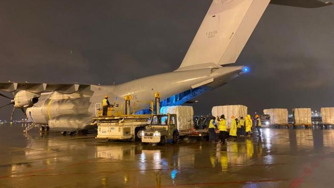 Varios trabajadores en Shangai cargan el avión del Ejército del Aire con material sanitario para luchar contra el Covid-19.