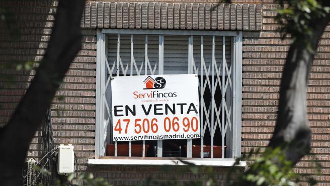 Cartel de 'En venta' en la ventana de un piso en Madrid.