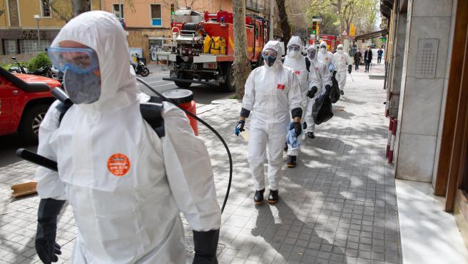 Efectivos de la Unidad Militar de Emergencias (UME) realizan este viernes tareas de desinfección en la residencia de ancianos Marvi Park de Barcelona