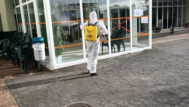 La Unidad Militar de Emergencias (UME) realiza tareas de desinfección en una residencia