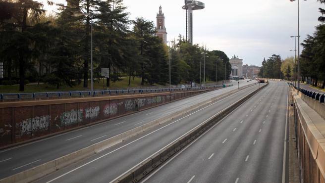 La capital, vacía de vehículos en hora punta.