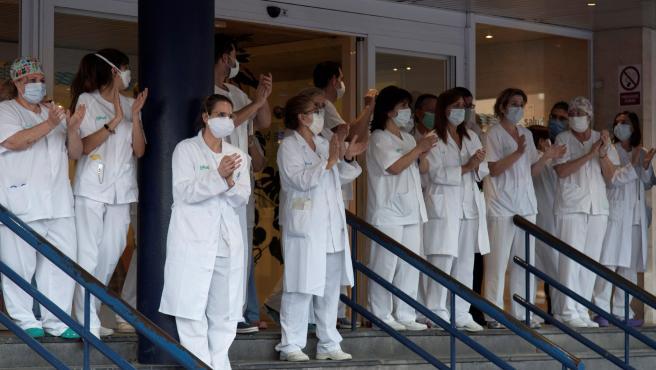 Los sanitarios del Hospital San Jorge, en Huesca, devuelven los aplausos en agradecimiento por los servicios prestados contra la pandemia del coronavirus.